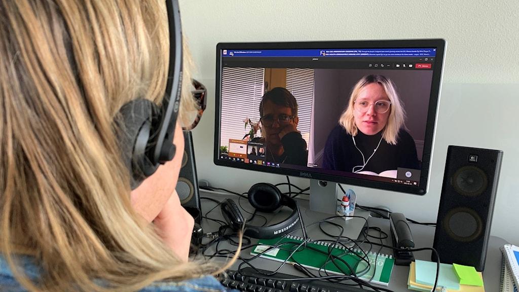 En kvinna tittar på en skärm där två kvinnor i headset pratar.
