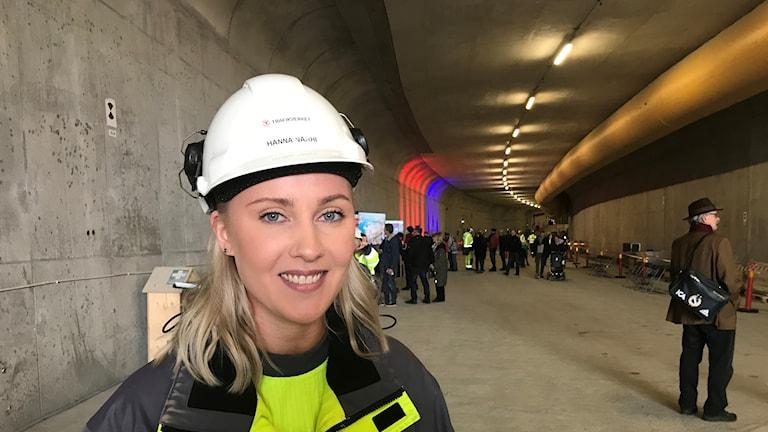 Bild på projektingenjören för Marieholmstunneln, Hanna Närhi, i Marieholmstunneln som håller på att byggas.