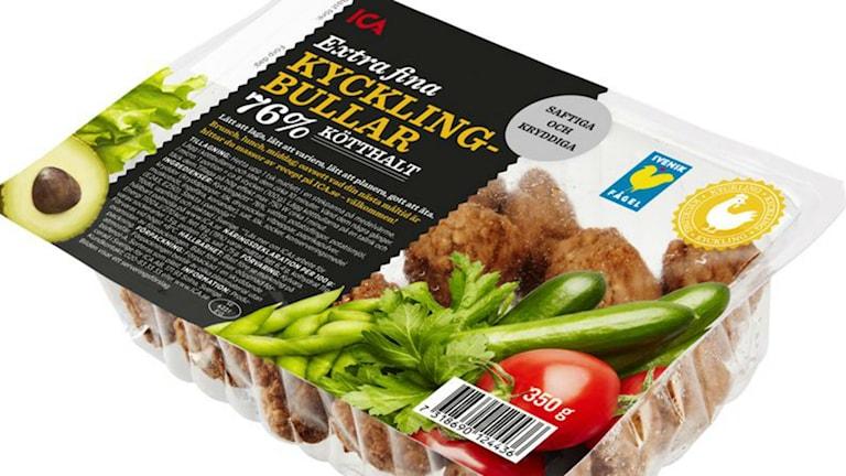 Förpackning med kycklingbullar från Ica som återkallas