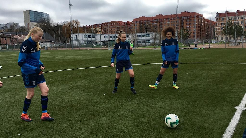 Tjejerna i danska Bröndby IF lirar på Heden i Göteborg.