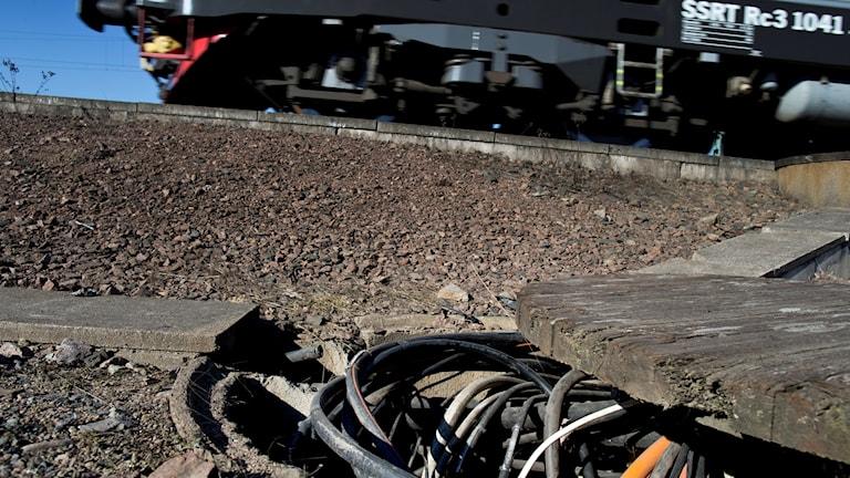 Koppartråd intill ett tåg