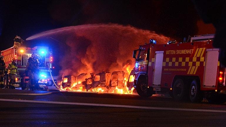 Flera lastbilar brinner