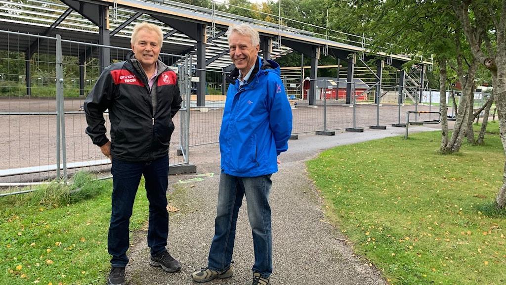Två män framför ny arena i Sollebrunn