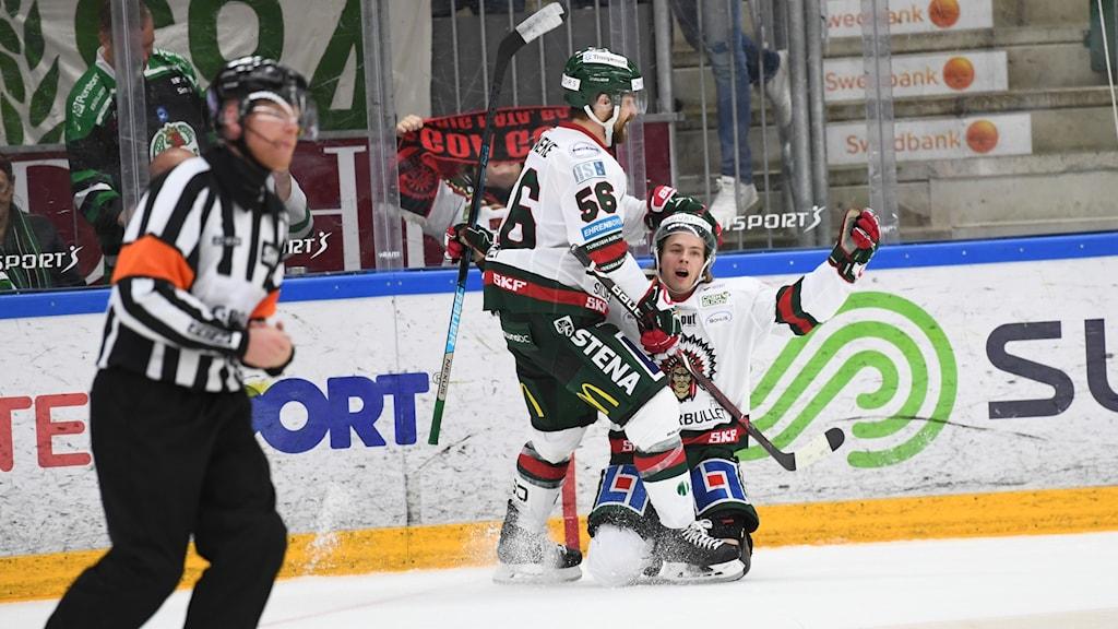 Frölundas Tim Söderlund (th på knä) jublar med Jonathan Sigalet efter sitt 1-2 mål under torsdagens ishockeymatch i SHL mellan Rögle BK och Frölunda HC i Lindab