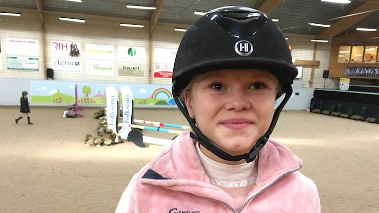Ellen-Louise Liander tävlar för Billdals Ridklubb.