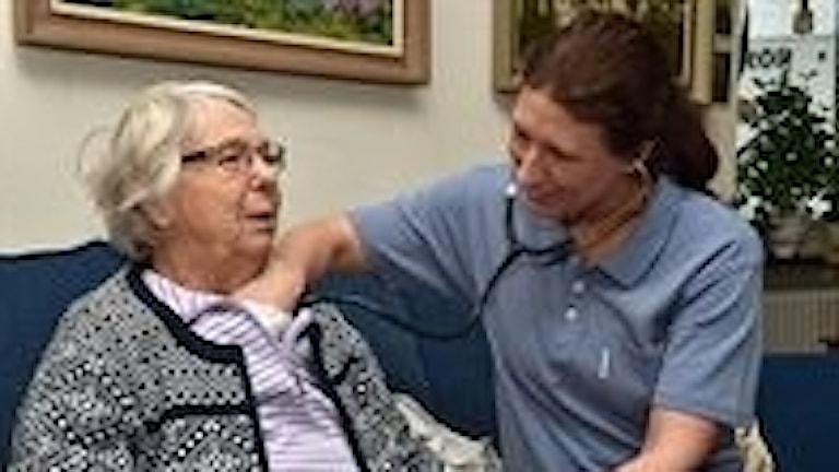 Specialistläkare Wilhelmina Näs projektledare för mobila öppenvårdsteamet undersöker en patient i hennes hem