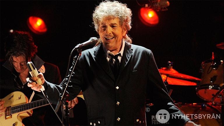 Bob Dylan leende från en scen