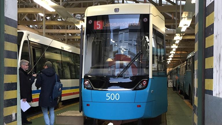 Nya spårvagnen  M33 är hög och blå liksom de gamla spårvagnarna