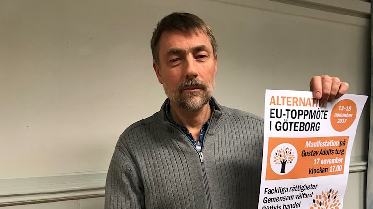 Per Hernmer vice ordförande Folkrörelsen Nej till EU håller i en affisch om alternativt EU-toppmöte.