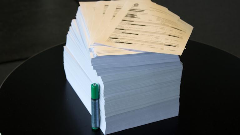 Förundersökningsmaterialet på över 2000 sidor staplade med en penna som når drygt halvvägs
