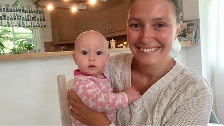Elina Nissbrandt med sin dotter Alma.