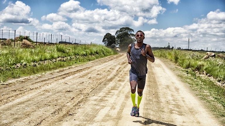 En man som springer på en väg