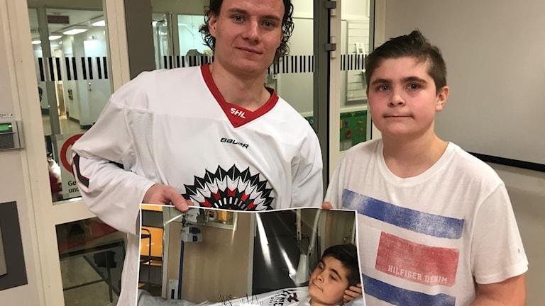 Frölunda spelaren Victor Olofsson tillsammans med 15 årige Oskar Kanerva.