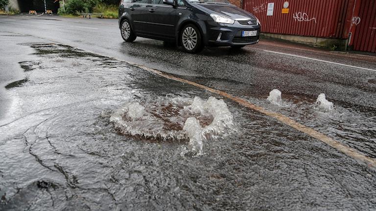 Regnvatten bubblar upp ur gatubrunnarna runt Liseberg.