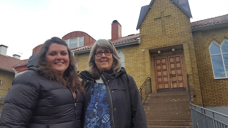 Två kvinnor framför en kyrka