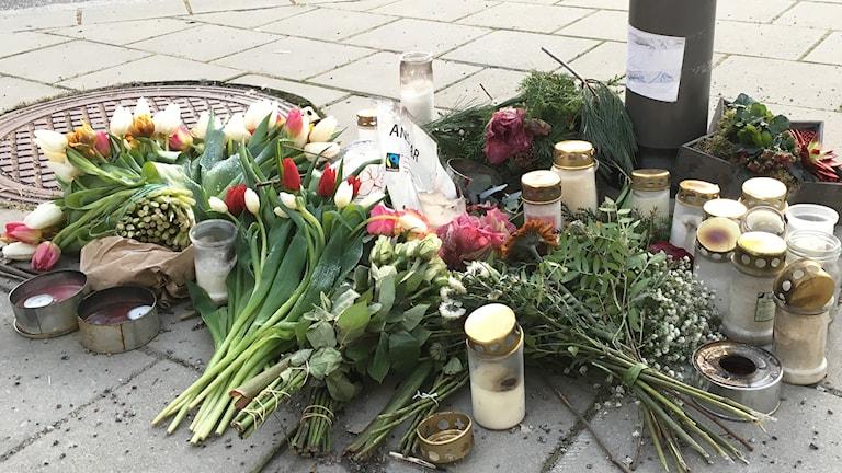Människor har lagt blommor och ljus vid Odinsplatsen där en man hittades med dödliga skador.