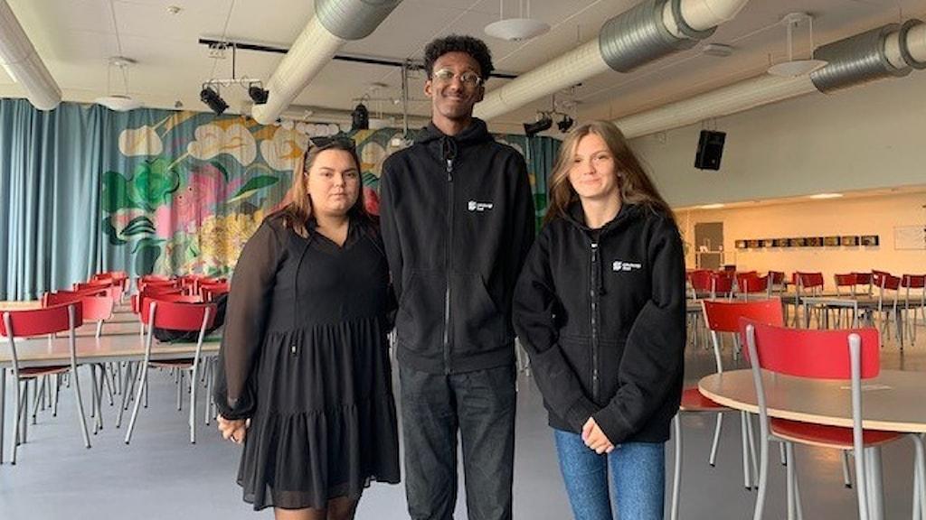 Moa Ahlman, Hussein Moge och Louise Lindström anordnar politisk debatt för ungdomar i Bergsjön.