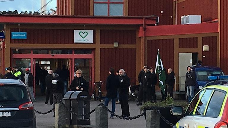 NMR manifesterar utanför butik i Kungälv.