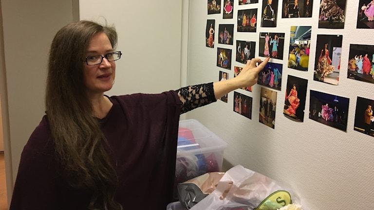 Nina Trollvige från föreningen Trajosko drom visar bilder på deras olika evenemang. Foto: Josipa Kesic/Sveriges radio
