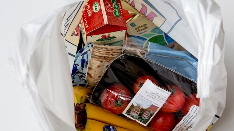 En plastkasse fylld med livsmedel.