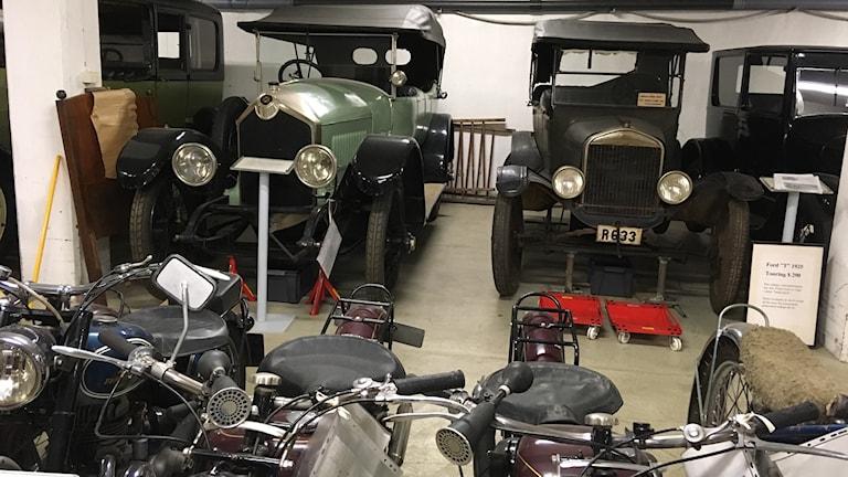 Gamla bilar och cyklar i museets magasin