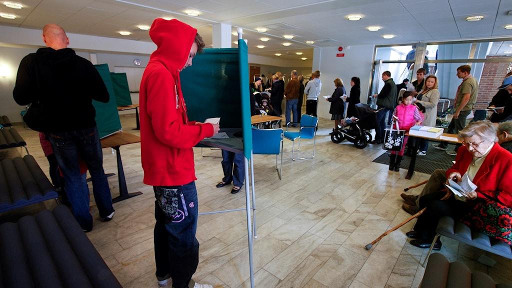 En ung person som röstar