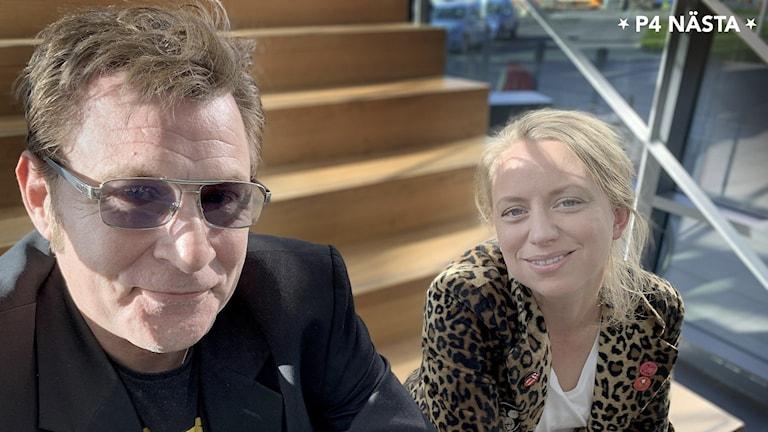 En man och en kvinna sitter på en trappa.