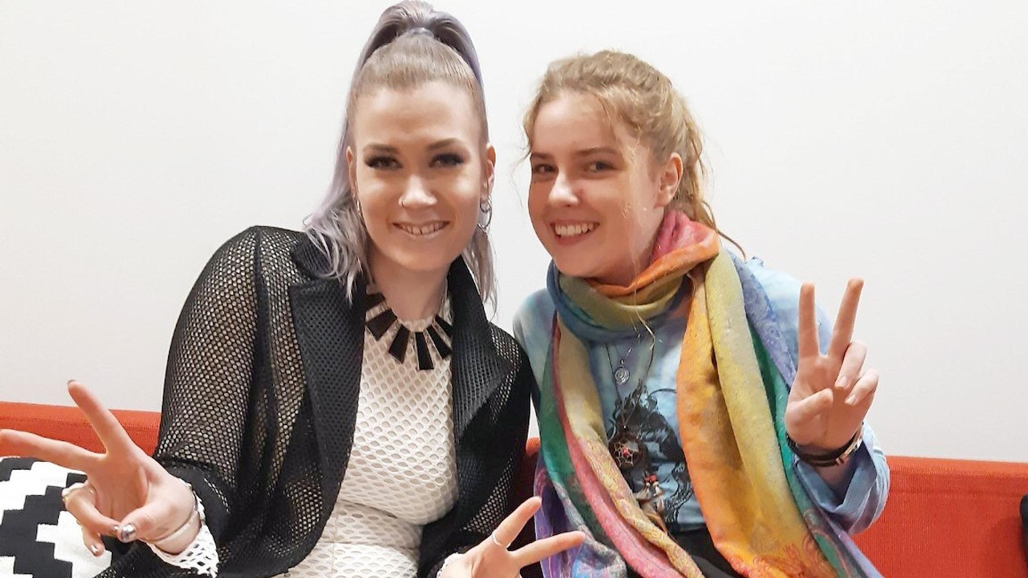 BESS ja Roosa Tuutti näyttävät voitonmerkkiä ja hymyilevät kameralle