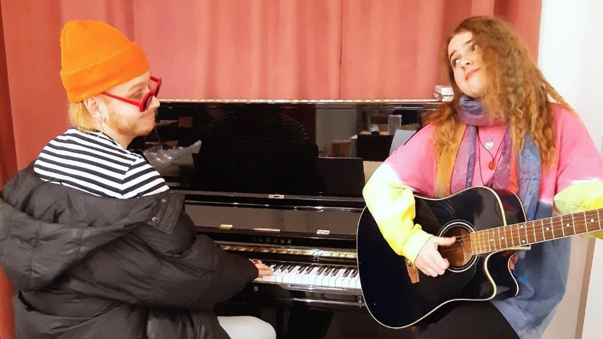 Aleksanteri Hakaniemi pianon ääressä, Roosa Tuutilla akustinen kitara