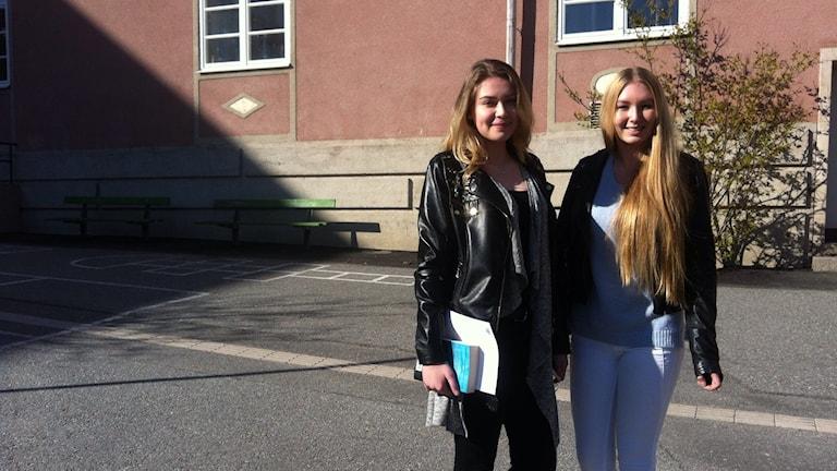 Emilia Robins ja Erika Simola seisovat koulun pihalla. Foto: Kai Rauhansalo