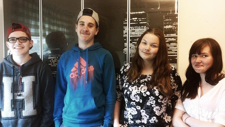 Neljä nuorta Botkyrkan ruotsinsuomalaiselta koululta. Foto: Kai Rauhansalo