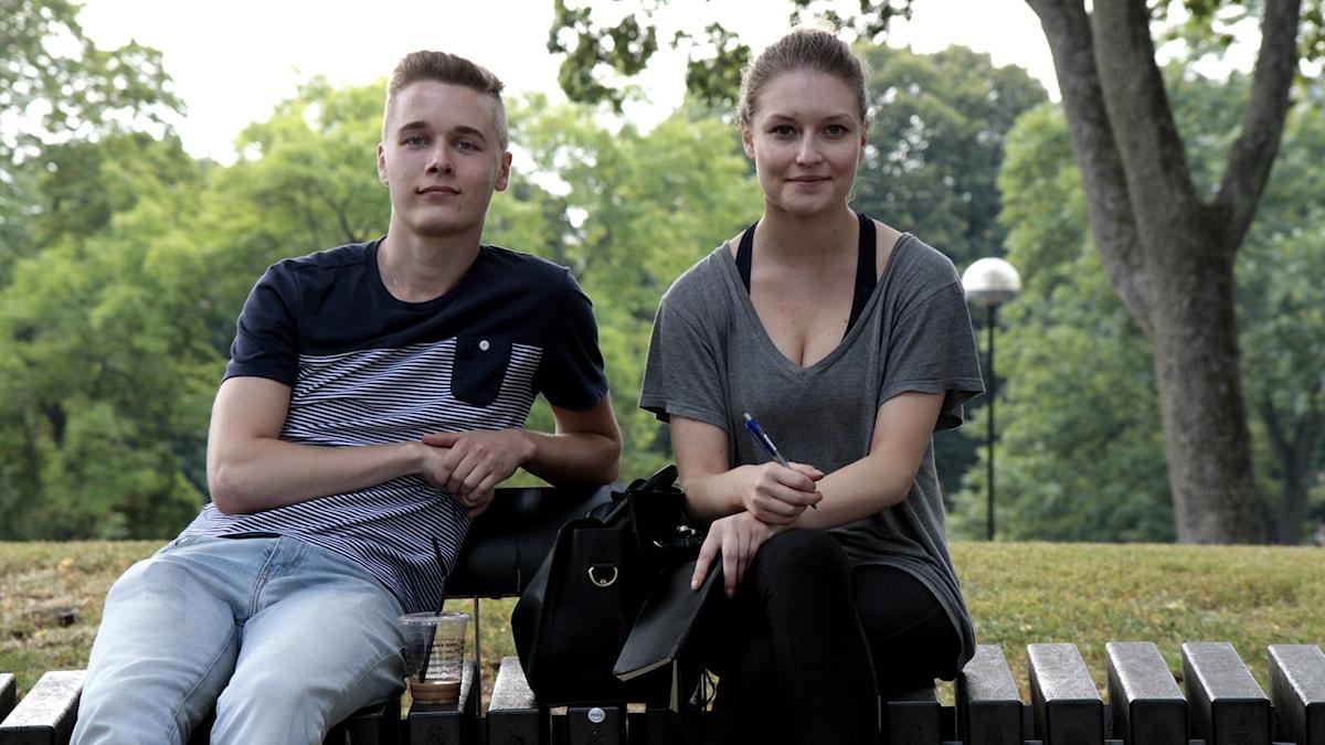 Valtter Wiik ja Nea Nieminen Kronobergin puistossa. Foto: Kai Rauhansalo