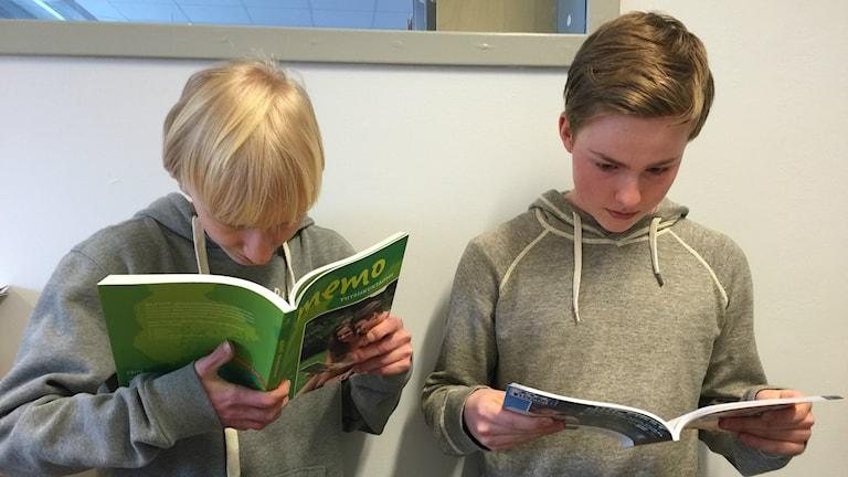 Ville ja Nicolas lukevat kirjaa.