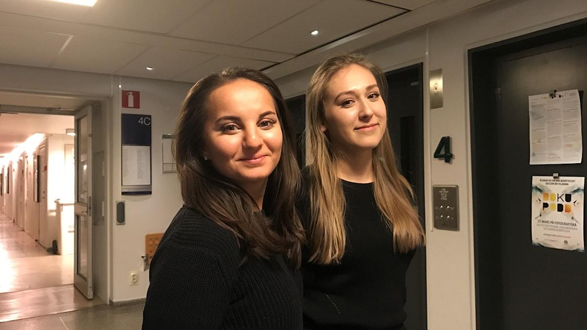 Rebecca Huusko ja Annelie Peltonen seisovat