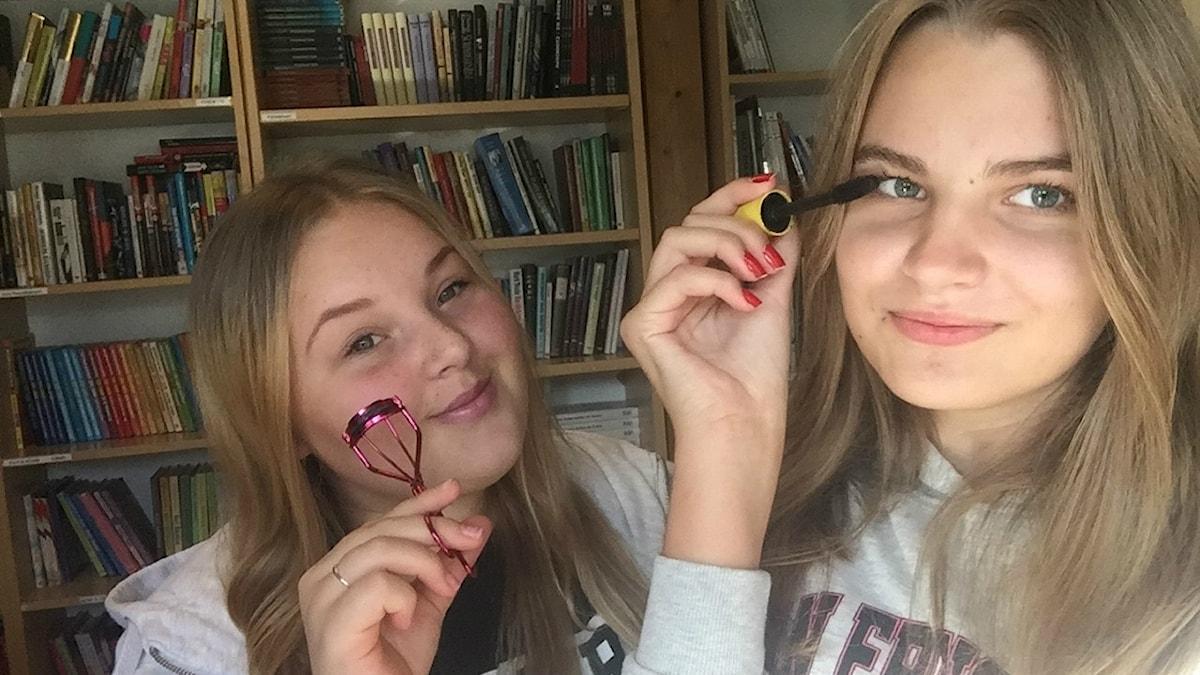 Jaana Salo ja Viivi Paavonperä meikkaa