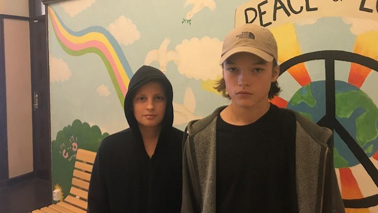 Cesar Schön ja Erkki Koskinen seisovat seinän edessä ja katsovat kameraan