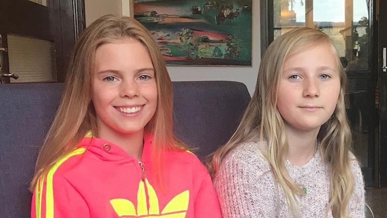 Olivia Holmström ja Aurora Westin kastovat kameraan.