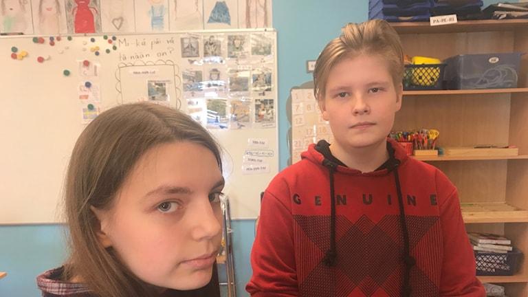 Maria ja Elias kastovat kameraan luokkahuoneessa