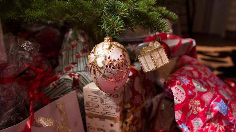 Julklappar under en julgran.