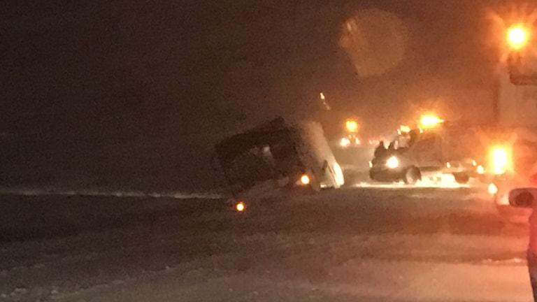 En lastbil som ligger i diket på E22.