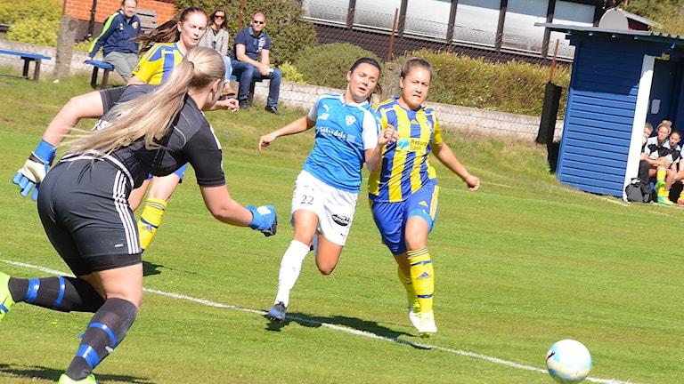 Maja Lundgren, Lörby i kamp mot Eskilminnes försvar och målvakt. Foto: