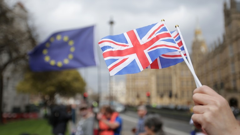 Storbritanniens flagga i förgrunden och EU:s i bakgrunden