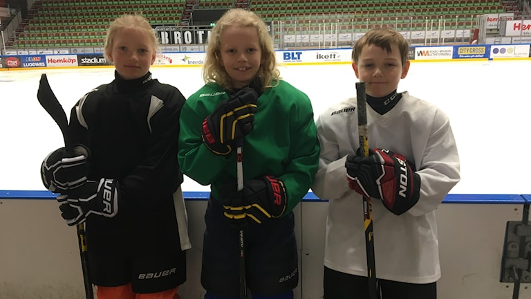 Ebba Ekman, Amadeus Sivius och William Larsson är glada lägerdeltagare.