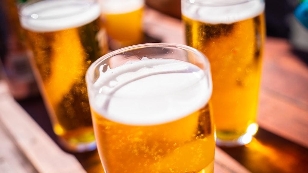 Ölglas på en bar.