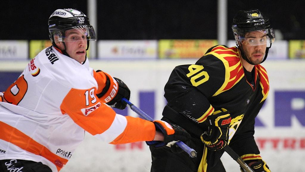 Karlskronas Kristoffer Söder och Brynäs Jesper Jensen nder tisdagen ishockeymatch i SHL.
