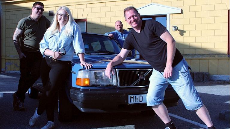 Daniel Karlsson, Hanna Ivarsson, Lasse Johansson och Joakim Antonsson vid en Volvo 240.