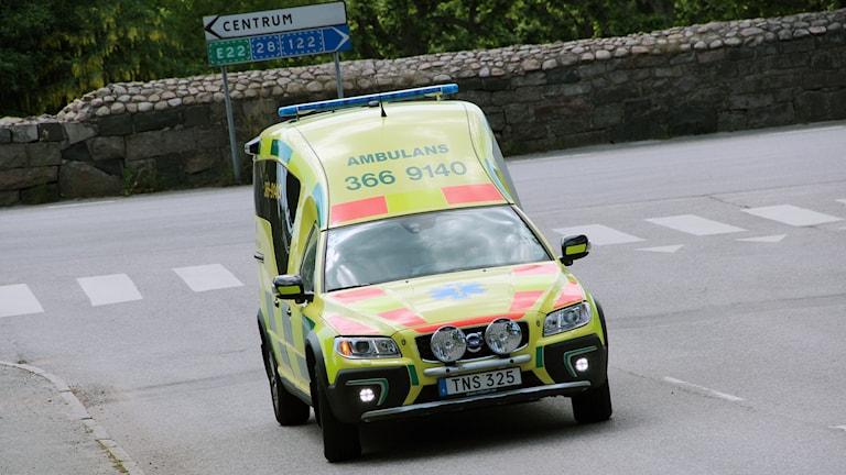 En gul ambulans sedd framifrån.