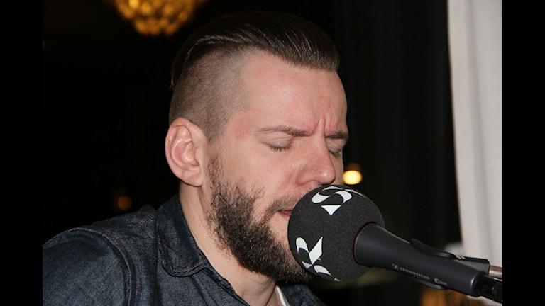 """Kim Stranne sjunger låten """"Bli gammal med mig""""."""
