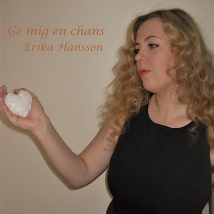 Erika Hansson som håller i ett vitt hjärta.