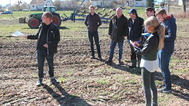 Markus Karlström visar ett antal journalister hur den nya E22:an kommer att se ut.
